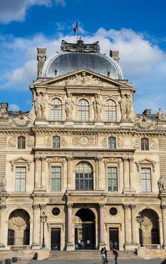 Paris, Frankreich Ansicht des berühmten Louvre-Museums stockbild