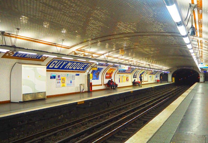 PARIS, FRANKREICH - APRIL 2017: Paris-Metro ist eine des größten Untertagesystems in der Welt in Paris lizenzfreies stockfoto
