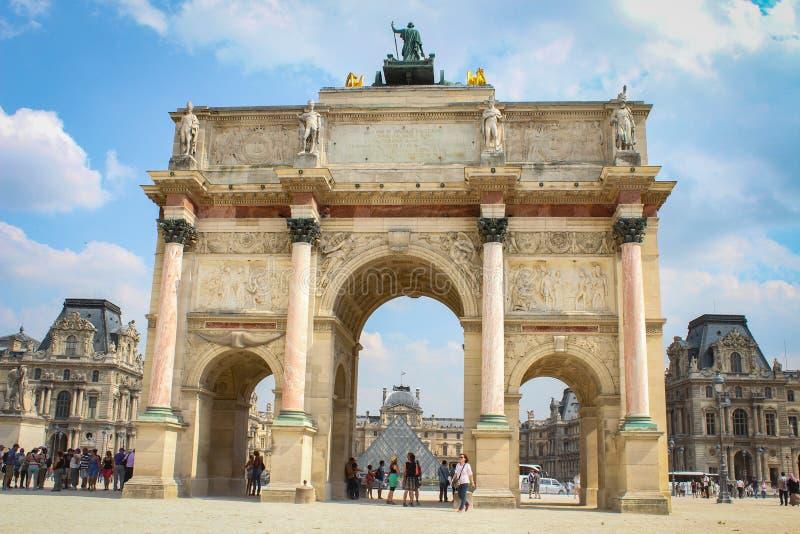 Paris, Frankreich - 19. August 2017: Arc de Triomphe bei Place du Carrousel in Paris Frankreich am hellen sonnigen Sommertag lizenzfreie stockfotografie