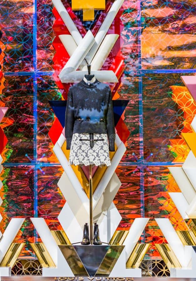 PARIS, FRANKREICH - 10. August - Louis Vuitton-Fensteranzeigenshop in Champion Elysee-Allee am 10. August 2015 in Paris, Frankrei lizenzfreies stockbild