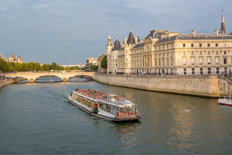 PARIS, FRANKREICH 8. August - Touristen verpacken Flusslastkahn für Sonnenuntergangkreuzfahrt in Paris, Frankreich am 8. August 2 lizenzfreie stockbilder