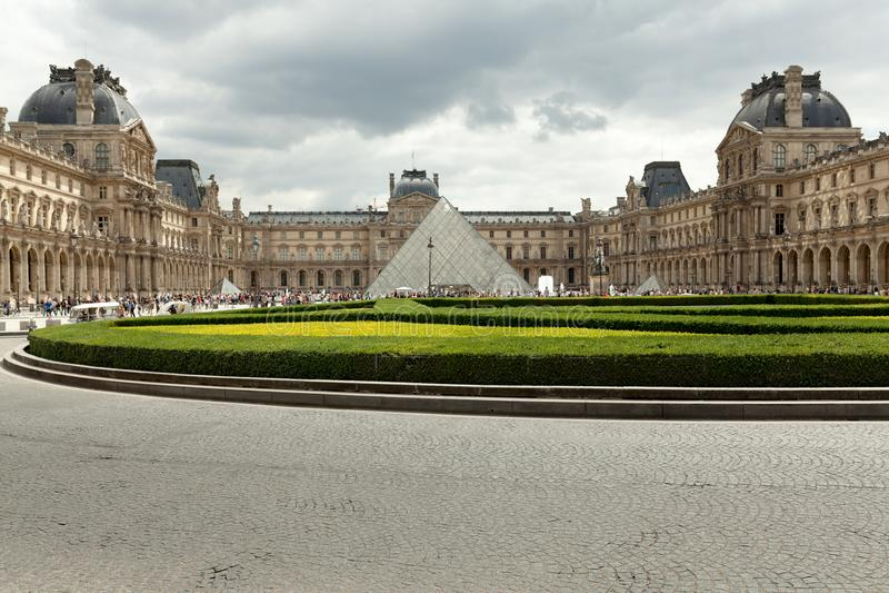 PARIS, FRANKREICH - 1. Juni 2018: Ansicht des berühmten Louvre-Museums mit Louvre-Pyramide bei Abendsonnenuntergang Louvre-Museum lizenzfreie stockfotos