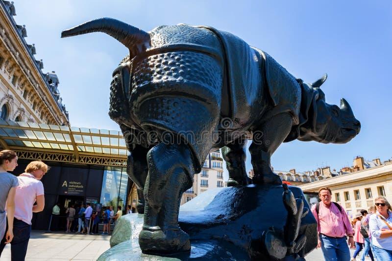 PARIS, FRANKREICH - 6. JUNI 2014: Die Nashornstatue außerhalb des Orsay-Museums lizenzfreies stockbild