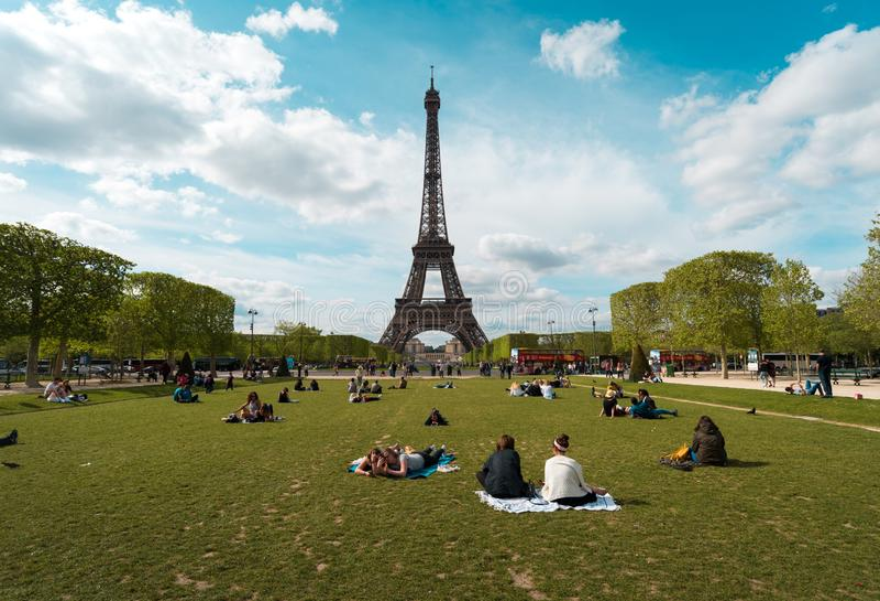 PARIS, FRANKREICH Juni, 16, 2018: Eiffelturm an einem sonnigen Tag lizenzfreie stockfotos