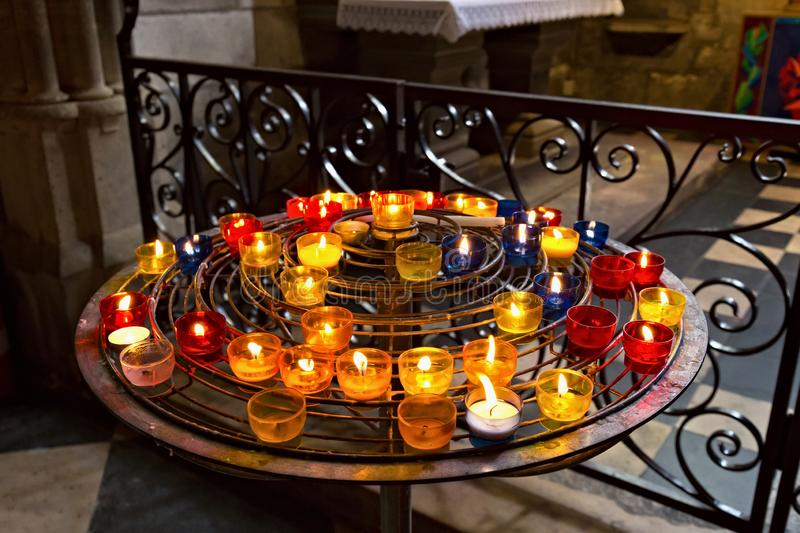 PARIS, FRANKREICH - 23. JUNI 2017: Kerzen in der Notre-Dame de Paris-Kirche lizenzfreies stockbild