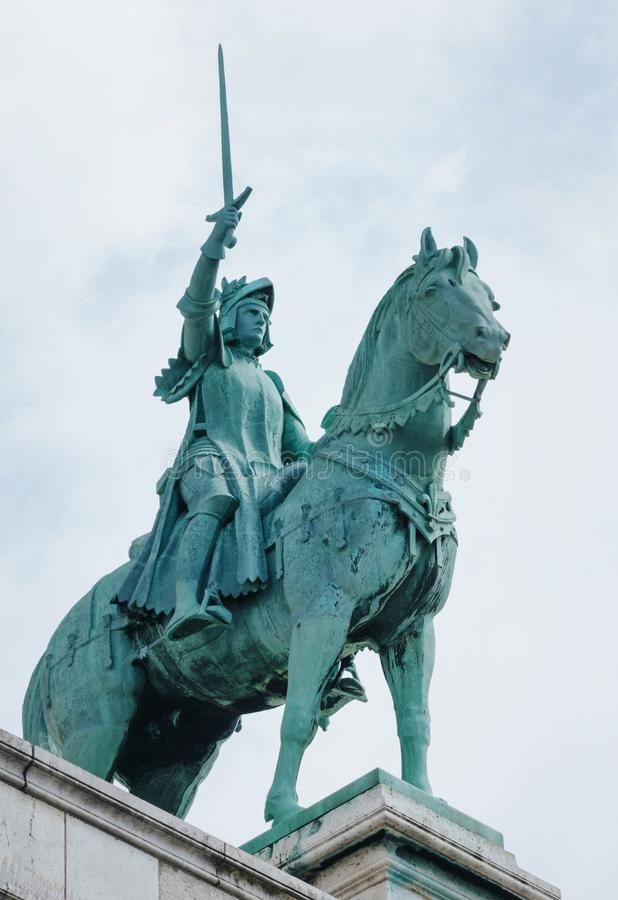 PARIS, FRANKREICH - 26. JUNI 2016: Reiterstatue des Heiligen Jeanne d'Arc auf Basilika Sacre Coeur Jeanne d'Arc (Mädchen von Orle stockbilder