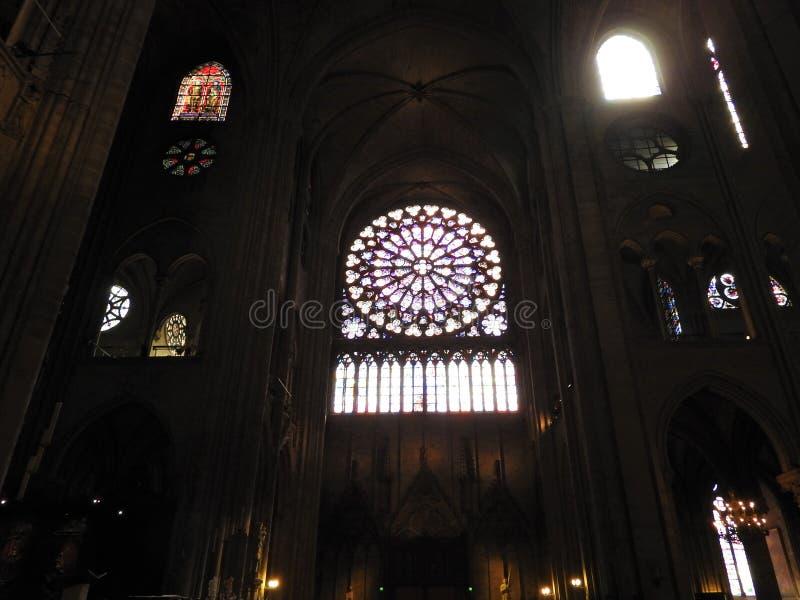 Paris, Frankreich - 31. März 2019: Innerhalb der katholischen Kathedrale von Notre Dame, Ansichtfensterrosen, Paris, Frankreich U stockbild
