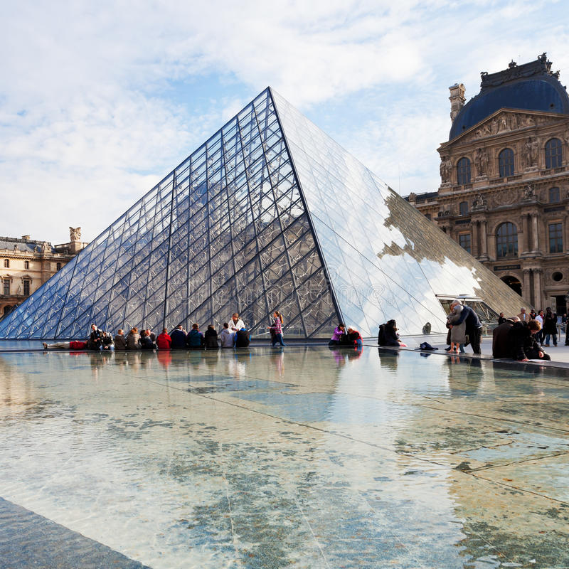 Glaspyramide des Louvre, Paris lizenzfreie stockbilder