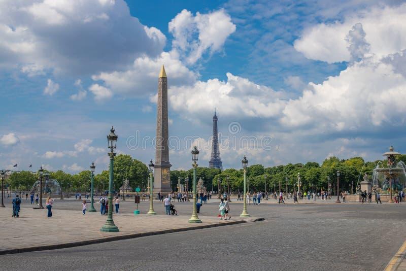 PARIS, FRANKREICH - 25. MAI 2019: Ägyptischer Obelisk Luxors in der Mitte von Place de la Concorde vor dem hintergrund des Eiffel lizenzfreies stockbild