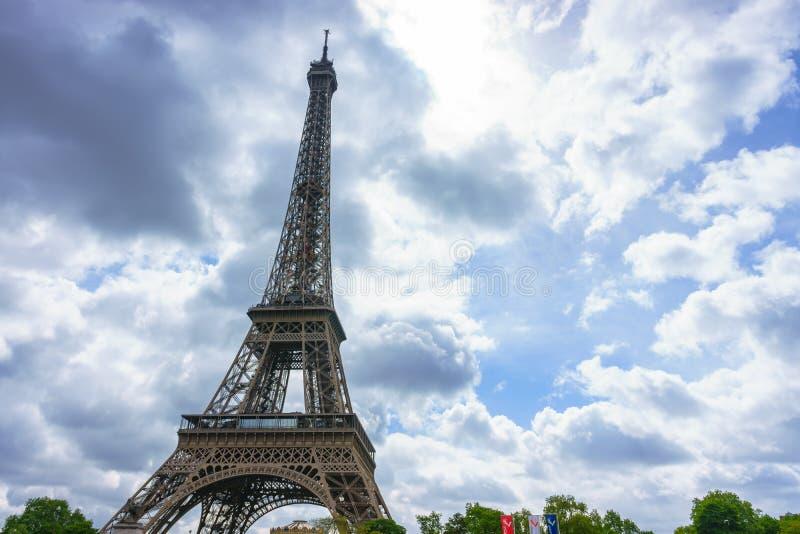 Paris, Frankreich - 1. Mai 2017: Der Eiffelturm mit einem bewölkten Tag, stockfotografie