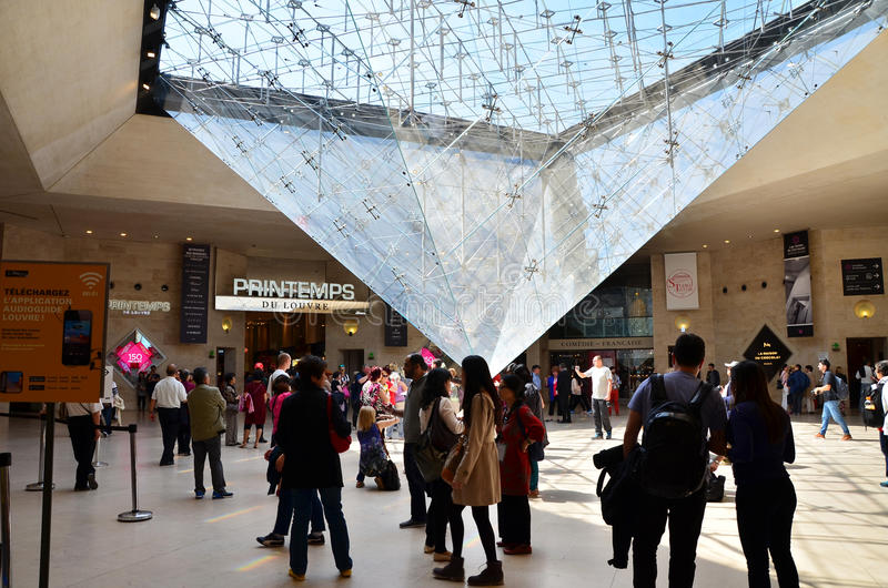 Paris, Frankreich - 13. Mai 2015: Touristen besuchen innerhalb der Jalousienpyramide lizenzfreies stockbild