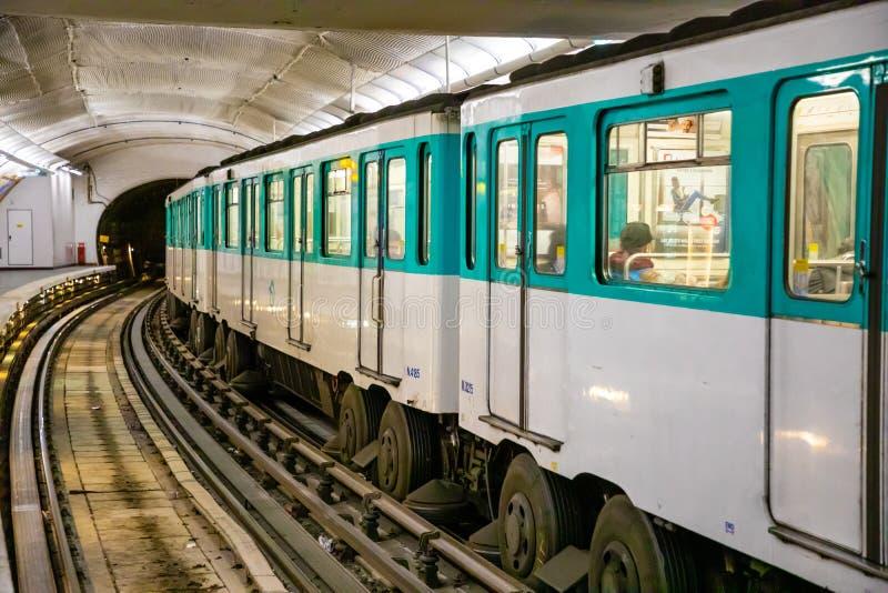 Paris, Frankreich - 24 04 2019: Paris-Metrostation ist das zweitgrösste Untertagesystem weltweit in Paris, Frankreich lizenzfreie stockfotografie