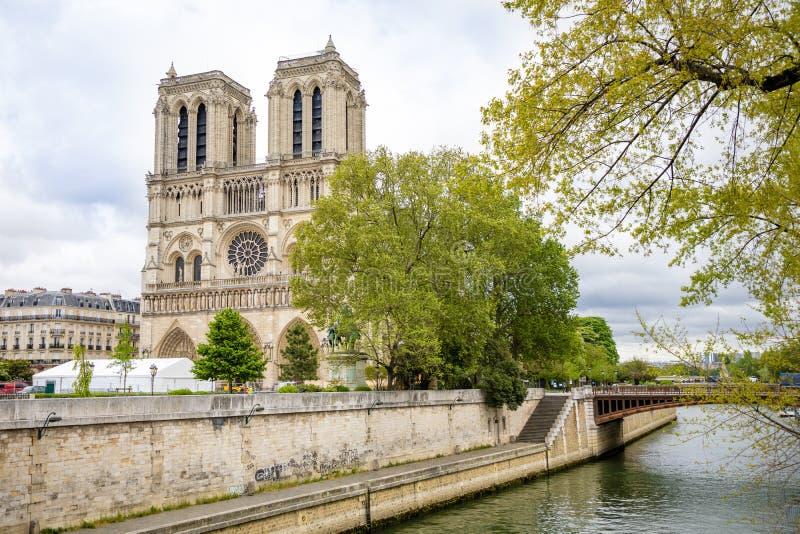 Paris, Frankreich - 24 04 2019: Notre Dame de Paris nach Feuer Verst?rkungsim entstehen befindliches werk nach dem Feuer, verhind lizenzfreie stockfotografie