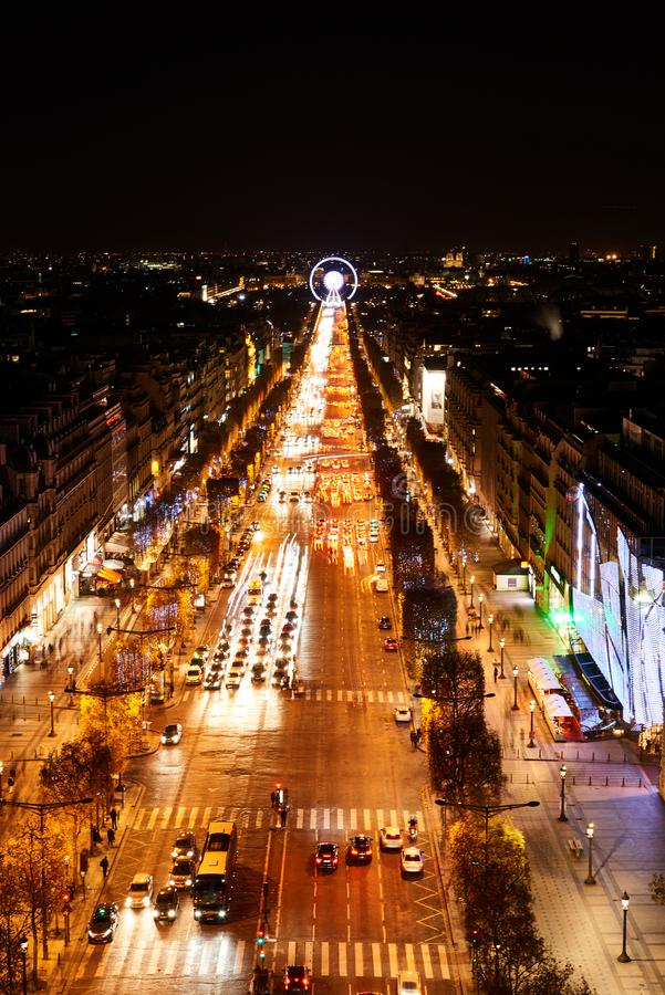 Paris, Frankreich - November 2017: Vogelperspektive des berühmten Champs-Elysees von der Spitze Arc de Triomphe s nachts lizenzfreie stockfotos