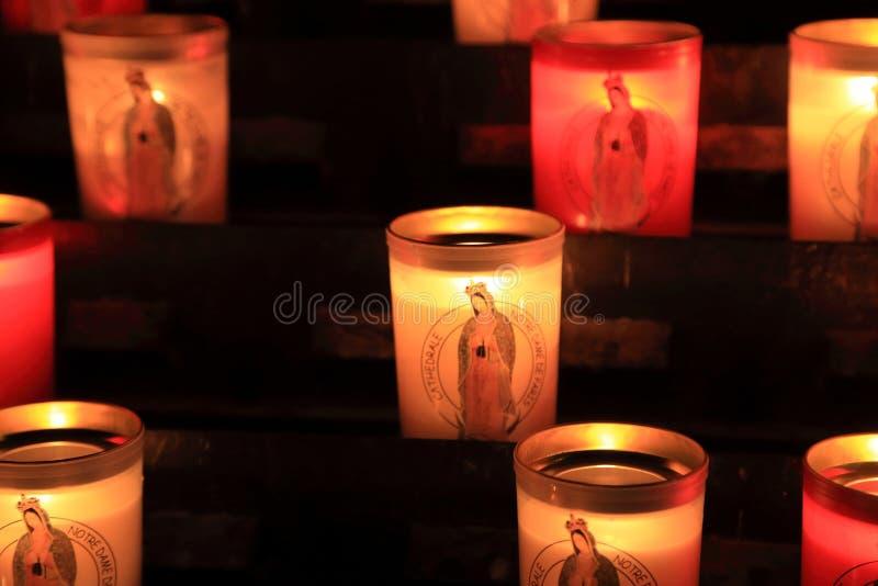 PARIS, FRANKREICH - 28. OKTOBER 2018: Angebotskerzen im Notre-Dame de Paris vor Feuergefahr lizenzfreies stockfoto