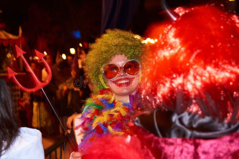 PARIS, FRANKREICH - 31. OKTOBER 2010 Ein lächelnder Halloween-Parteibesucher lizenzfreie stockfotografie