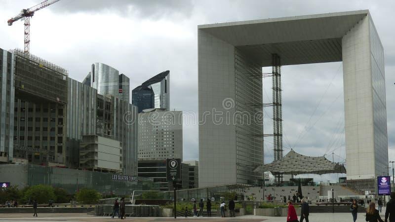 PARIS, FRANKREICH - 8. OKTOBER 2017 Gedrängtes quadratisches nahes berühmtes Grande Arche de la Defense Bürogebäude an Stadtmajor lizenzfreie stockfotos