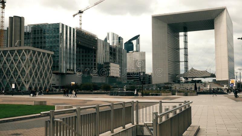 PARIS, FRANKREICH - 8. OKTOBER 2017 Quadratisches nahes berühmtes Grande Arche de la Defense lizenzfreie stockfotografie