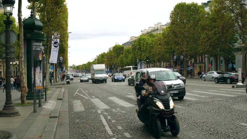 PARIS, FRANKREICH - 8. OKTOBER 2017 Straßenverkehr auf Champs-Elyseesstraße lizenzfreie stockfotos