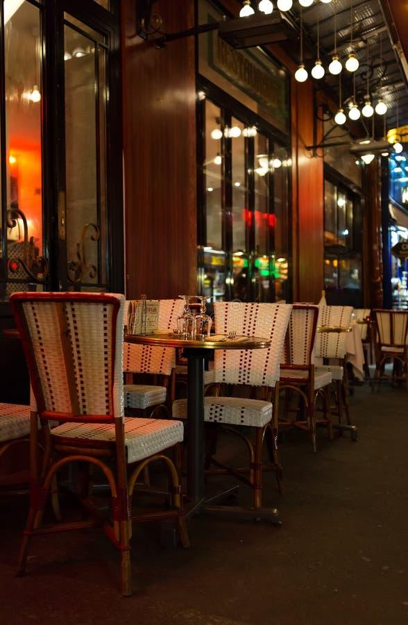 Paris, Frankreich, 10 12 2016 - Tabellen und Stühle von Franzosen RIM Cafe stockfotos