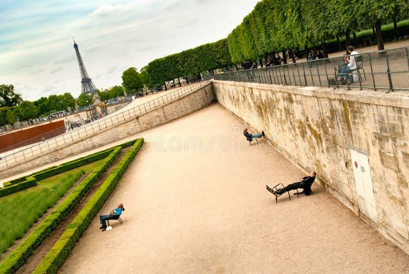 Paris, Frankreich, Tuileries-Garten, 2008 05 25 Menschen, die an stillstehen lizenzfreies stockfoto