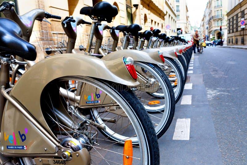 Paris, Frankreich - 06 12 2010: Velib-Fahrräder auf der Straße - Öffentlichkeit stockfotografie