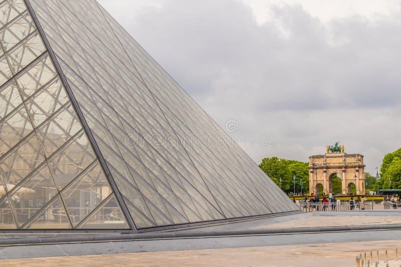Paris Frankrike - APRIL 9, 2019: Alternativa vinklar av Louvremuseet royaltyfri bild