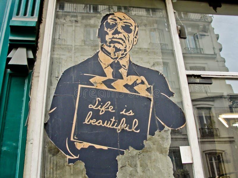PARIS FRANKRIKE - APRIL 27, 2013: Anonym gammal affischtavla med A M. arkivbild