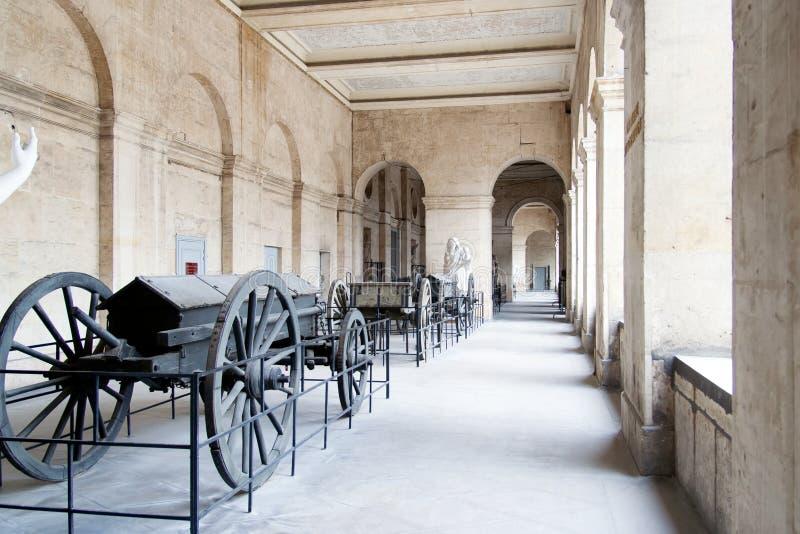 PARIS FRANKRIKE APRIL 23 Armon artilleri i borggården av hotelldesen Invalides royaltyfri fotografi