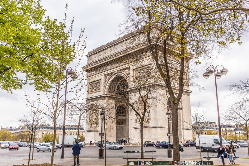 Paris Frankrike - APRIL 9, 2019: Champs-Elysees och Arc de Triomphe p? en molnig dag, Paris royaltyfri foto
