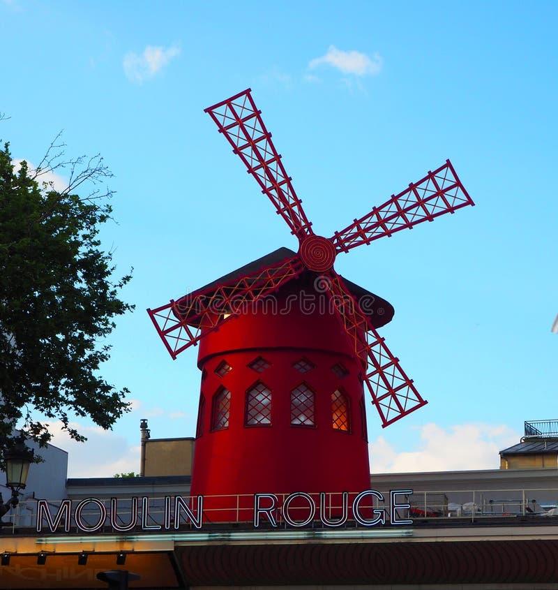 Paris Frankrike - April 2017: Den röda sikten av Moulin rouge maler på i Paris, berömd kabaret i den Montmartre grannskapen av fr arkivfoton