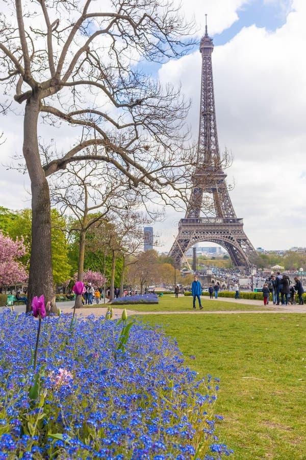 Paris Frankrike - APRIL 9, 2019: Eifel torn som ses fr?n en olik vinkel arkivbild