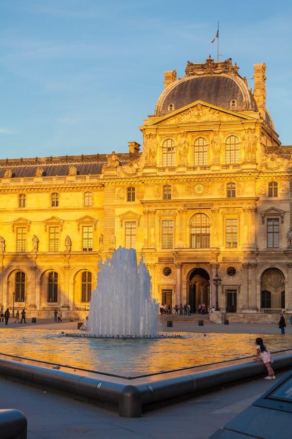 PARIS FRANKRIKE - APRIL 6, 2011: Folket har en vila framme av th arkivfoton