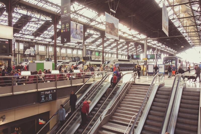 PARIS FRANKRIKE - APRIL 14, 2015: Inre av Gare de Lyon - Paris, Frankrike Stationen är betjänad av snabba TGV-drev till söder royaltyfri bild