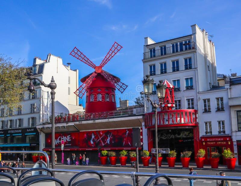 Paris/Frankrike - April 06 2019: Moulin rouge ?r en ber?md kabaret i Paris Frankrike Sikt fr?n den turist- bussen royaltyfri bild