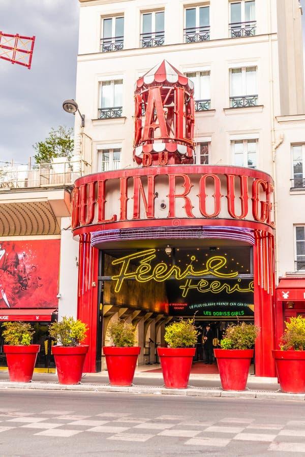 Paris Frankrike - APRIL 8, 2019: Moulin rouge p? en molnig dag france paris royaltyfri foto