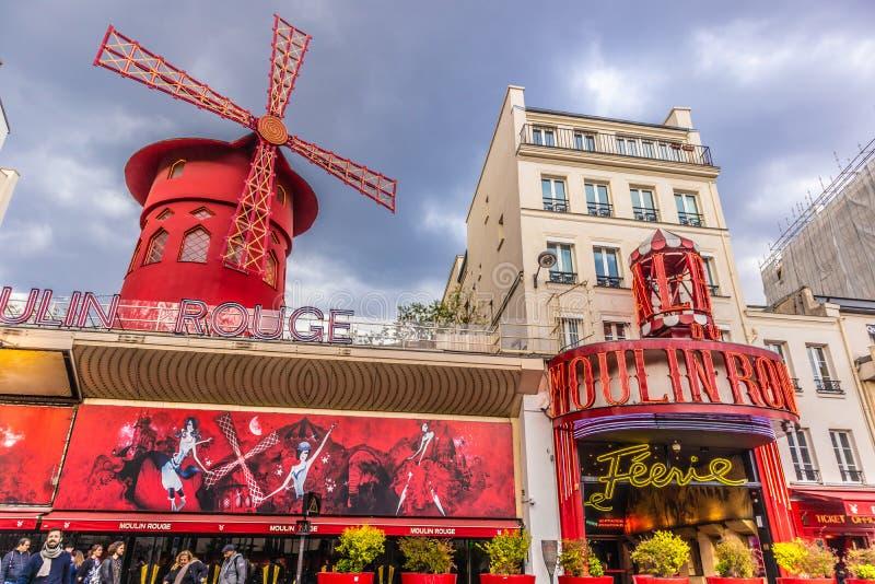 Paris Frankrike - APRIL 8, 2019: Moulin rouge p? en molnig dag france paris royaltyfria foton