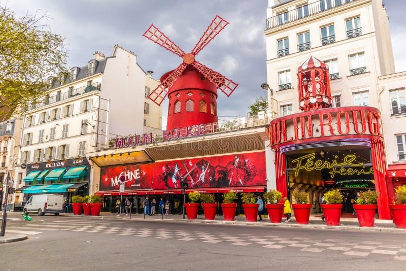 Paris Frankrike - APRIL 8, 2019: Moulin rouge p? en molnig dag france paris royaltyfri bild