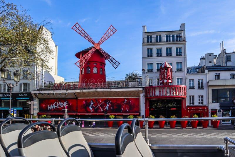 Paris/Frankrike - April 06 2019: Moulin rouge ?r en ber?md kabaret i Paris Frankrike Sikt fr?n den turist- bussen fotografering för bildbyråer