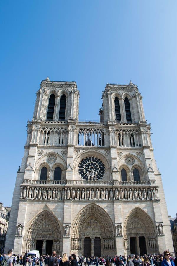Paris Frankrike - April 1, 2019: Notre-Dame de Parisdomkyrka i v?r arkivfoton