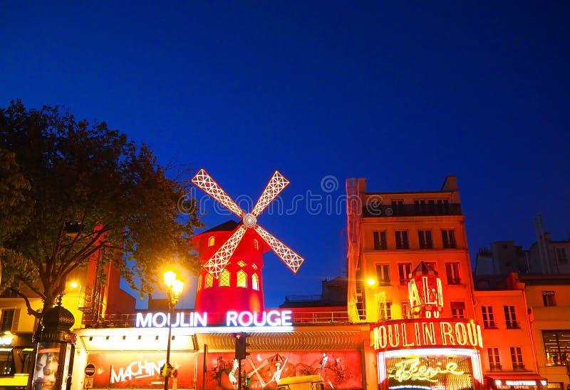 Paris Frankrike - April 2017: Sikten av den röda Moulin rougen maler på i Paris, berömd kabaret i Montmartre fotografering för bildbyråer