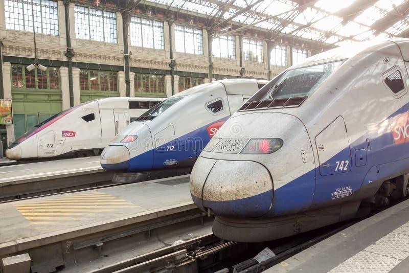 PARIS FRANKRIKE - APRIL 14, 2015: Snabbt franskt drev för TGV i station för garede Lyon på April 14, 2015 i Paris, Frankrike arkivbilder
