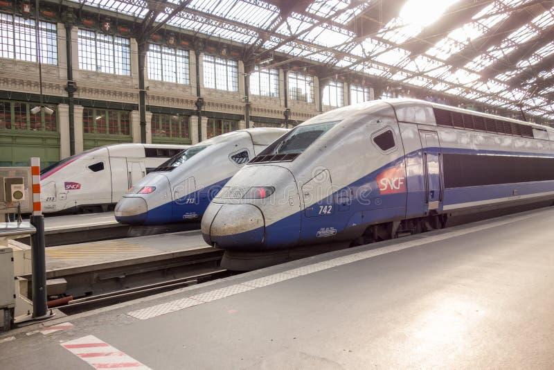 PARIS FRANKRIKE - APRIL 14, 2015: Snabbt franskt drev för TGV i station för garede Lyon på April 14, 2015 i Paris, Frankrike royaltyfria bilder