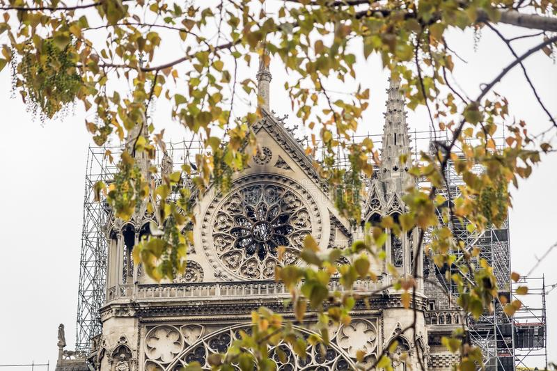 Paris Frankrike - April 16th, 2019: Domkyrka Notre Dame de Paris efter den tragiska branden av April 15th, 2019 arkivbild