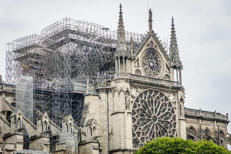 Paris Frankrike - April 16th, 2019: Domkyrka Notre Dame de Paris efter den tragiska branden av April 15th, 2019 royaltyfri bild