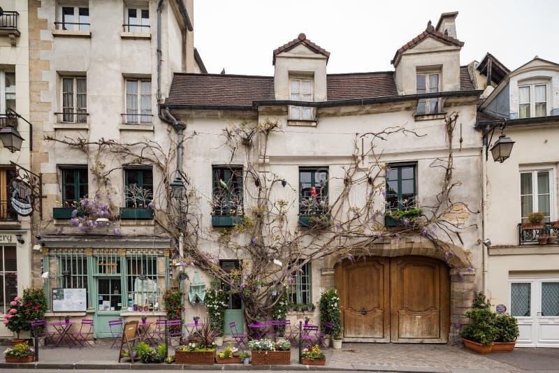 Paris Frankrike April 30th 2013 pittoresk restaurang i Paris, Frankrike fotografering för bildbyråer