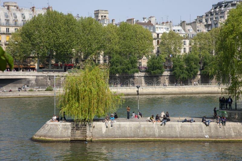 Paris Frankrike - April 17, 2011: Turist- utomhus- utfärdfartyg på en pittoresk flod Seine nära citerar ön på solnedgången i Pari arkivfoto