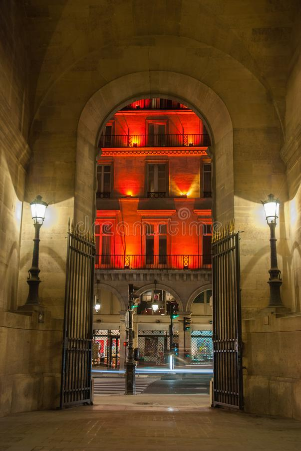 Paris Frankrike - Augusti 04, 2006: Bågen till Vivienne Gallery är en upplyst gatalampa per turist- dragning av royaltyfri bild