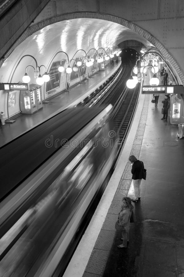 Paris Frankrike, Augusti 28 2013: Gångtunneldrev som ankommer i statistiken arkivbild