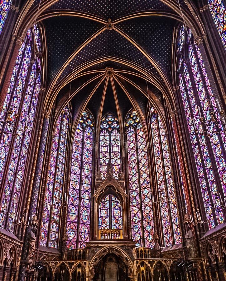 Paris Frankrike - Augusti 3,2019: Inre sikt av Sainten-Chapelle arkivfoto